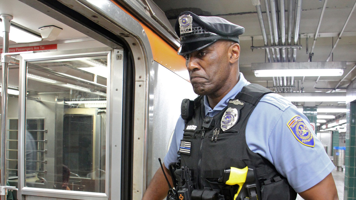 SEPTA transit officer Loyd Rodgers checks a subway car. (Emma Lee/WHYY)