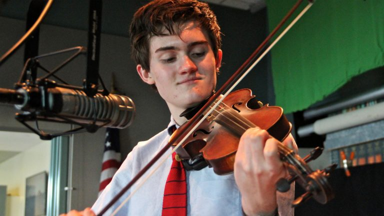 Alex Weir plays the fiddle during an interview with WHYY's Dave Heller. (Emma Lee/WHYY)