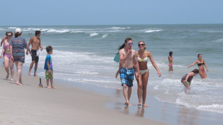 Beachgoers enjoy a day at Ship Bottom, New Jersey. State lawmakers Thursday introduced a bill to restore public beach access rules that were struck down by an appeals court in December.(AP Photo/Wayne Parry