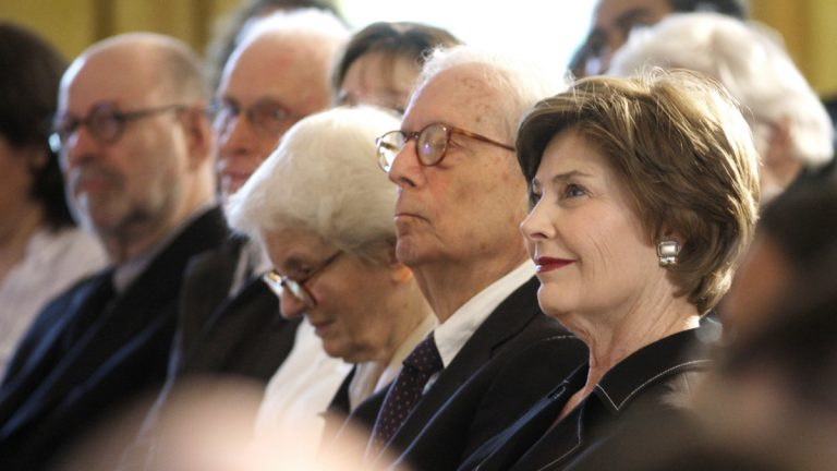 Denise Scott Brown (center), and Robert Venturi (second from right), are seated next to First lady Laura Bush, during a 2007 National Design Awards ceremony (Ron Edmonds/AP Photo)