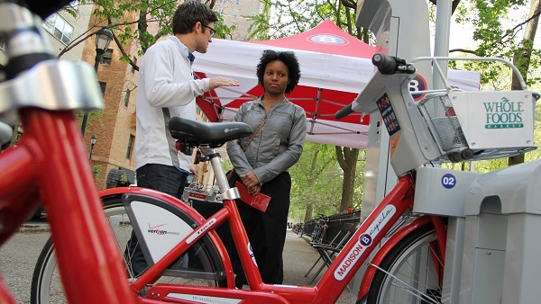 Tyler Reeder of B-Cycle explains his system to West Philly resident Nzingah Abdul-Wahid at a bike share demonstration event at Philadelphia's Rittenhouse Square in April. (Emma Lee/for NewsWorks)