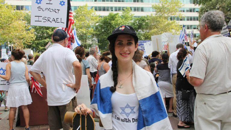 Michal Furman of Bala Cynwyd, who returned from her birthright trip to Israel on July 15, attends a rally in support of Israel in Love Park. (Emma Lee/WHYY)