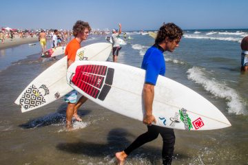 Competitors in the Mens18-24 division finals head out to the water. (Brad Larrison/for NewsWorks)
