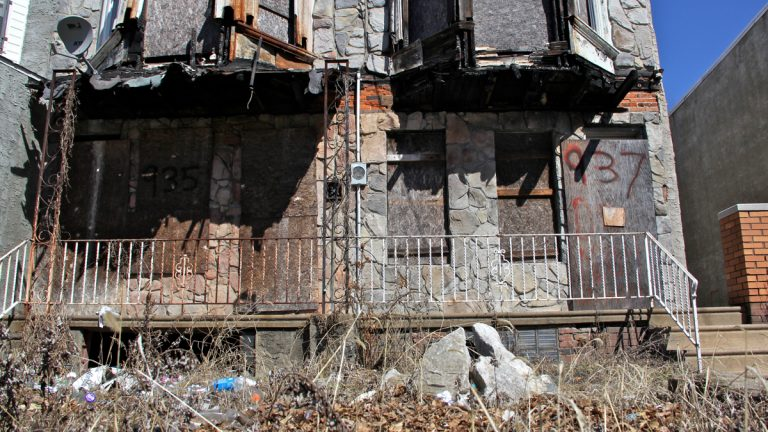 Decrepit row houses on Vine Street in Camden await demolition. (Emma Lee/WHYY)