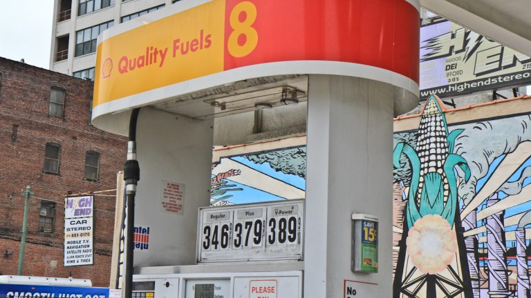 A Shell station at 12th and Vine streets in Philadelphia offers gasoline mixed with corn-based ethanol and features a mural paying homage to corn. (Kim Paynter/NewsWorks Photo)