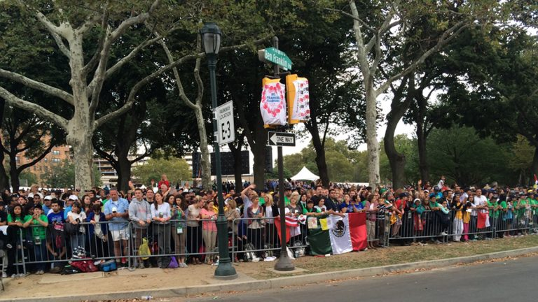 A crowd waits for Pope Francis on the Ben Franklin Parkway (Kimberly Paynter/WHYY)