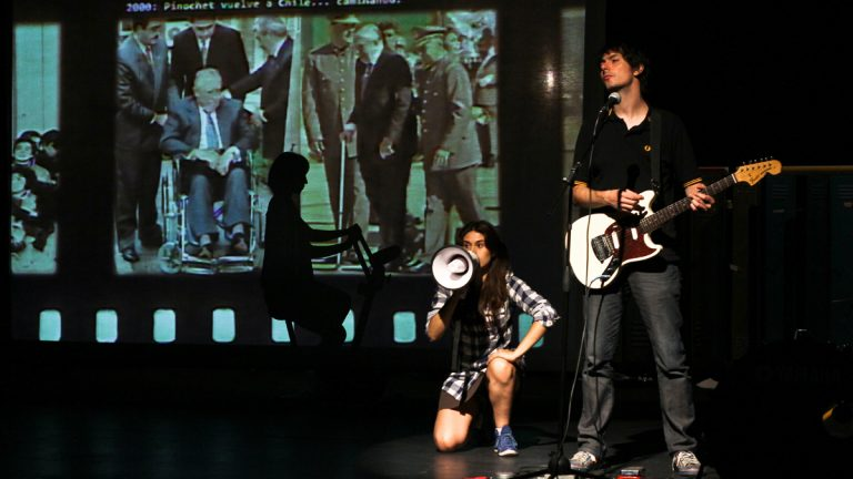 Fernanda González (left) and Alejandro Gómez on stage during a performance of 'El año en que nací' ('The year I was born'). (David Alarcón)