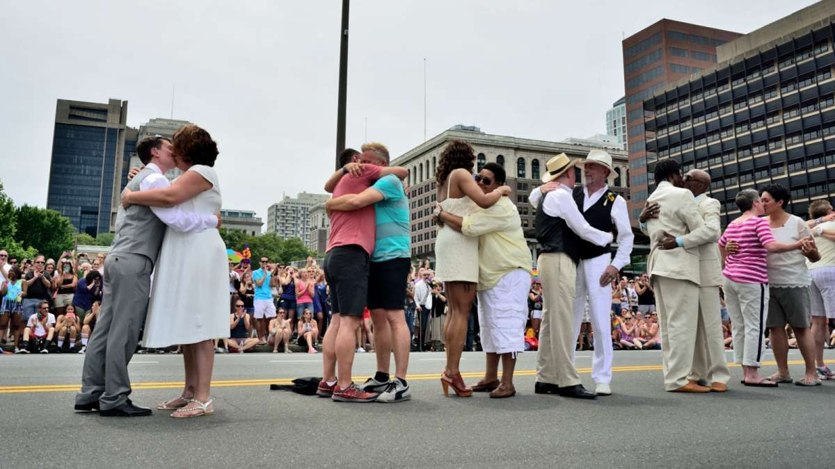 Couples are married on Independence Mall  during the LGBT Pride Parade in Philadelphia on Sunday. (Bas Slabbers/for NewsWorks)