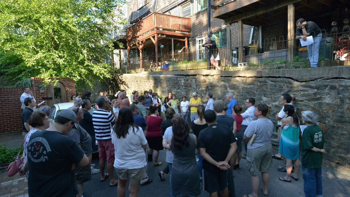 More than 50 residents attended the meeting in the alleyway on Tuesday evening. (Bas Slabbers/for NewsWorks)