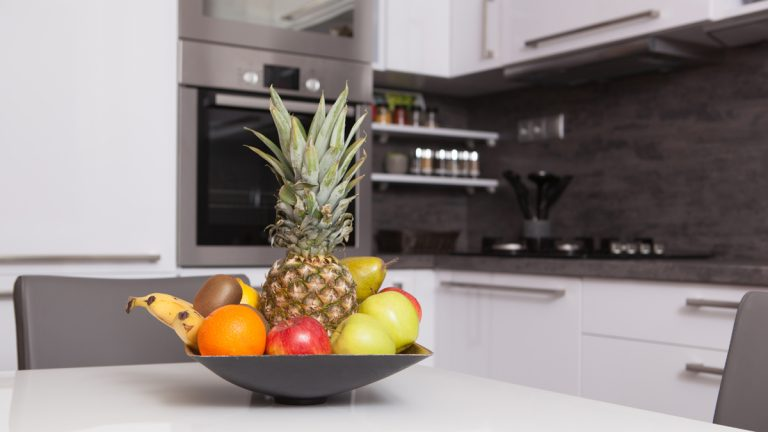 A clean kitchen that features fruit prominently is a winning combo for those looking to improve their health and weight. (Shutterstock Image)