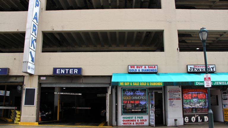 The parking garage at 8th and Chestnut streets where the abduction occurred has few security cameras inside. (Emma Lee/WHYY)