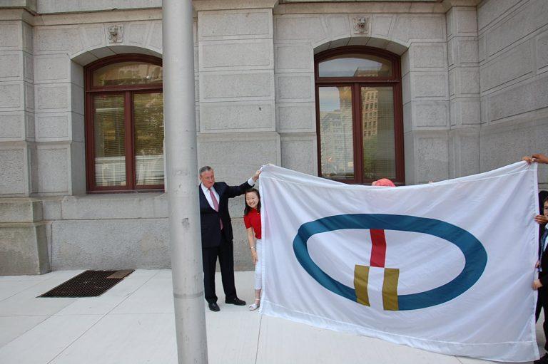 Mayor Jim Kenney and Children prepare World Heritage Flag for raising at Philadelphia City Hall.(Tom MacDonald Newsworks)