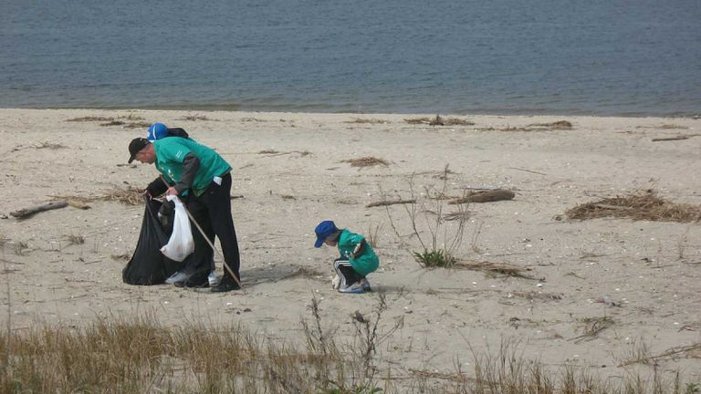 Cleaning up Sandy Hook at the Spring 2012 Beach Sweeps. (Photo: Comcastdreambig via Flickr)