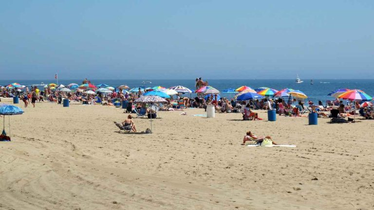Sunny weather attracts crowds to the beach in Belmar, N.J., on July 5, 2013. (Phil Gregory/for NewsWorks)