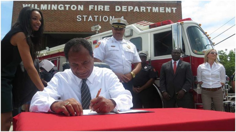 Wilmington Mayor Dennis Williams signs his veto of fire Dept. cuts.(Nichelle Polston/WHYY)