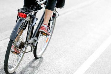 (<a href='https://www.shutterstock.com/search/cycling+in+traffic'>Shutterstock.com</a>)