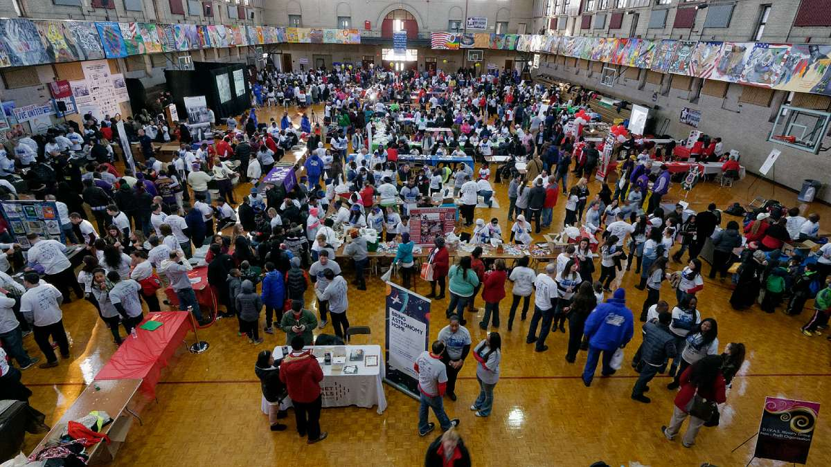 Five thousand volunteers gather at Girard College to participate in this year's Martin Luther King Day of Service event. (Bastiaan Slabbers/for NewsWorks)