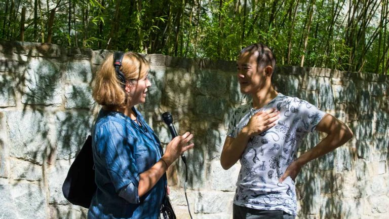Maiken Scott interviews science writer Ed Yong at the Smithsonian's National Zoo. (Paige Pfleger/WHYY)