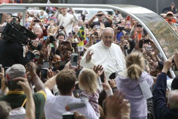 Pope Francis celebrated Mass on the Benjamin Franklin Parkway in Philadelphia on Sunday, Sept. 27, 2015. (Kevin Cook/for NewsWorks)