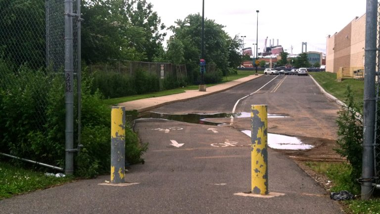 A Philadelphia bike trail ends abruptly at a parking lot near Pier 68.  (Steve Trader/for NewsWorks)