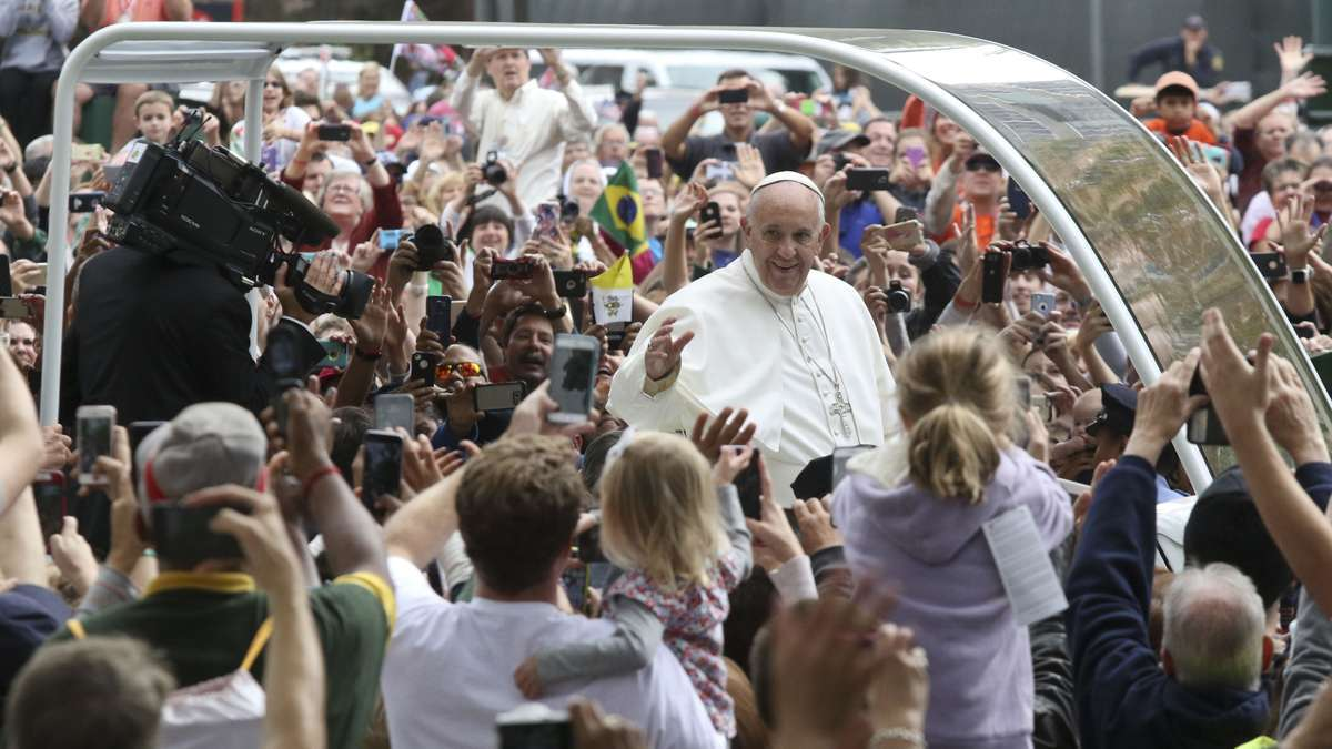 Pope Francis arriving to the Parkway on Sunday, Sept. 27 for the papal Mass. (Kevin Cook/for NewsWorks)