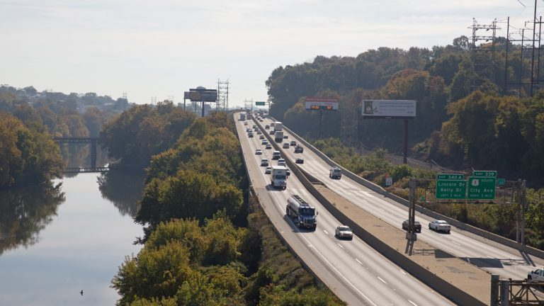 Drivers travel on the Schuylkill Expressway in Philadelphia, Pa. Nearly half of mayors in the 2015 Menino Survey said one of the most challenging issues to their city that should be a state and/or federal matter was infrastructure. (Lindsay Lazarski/WHYY)