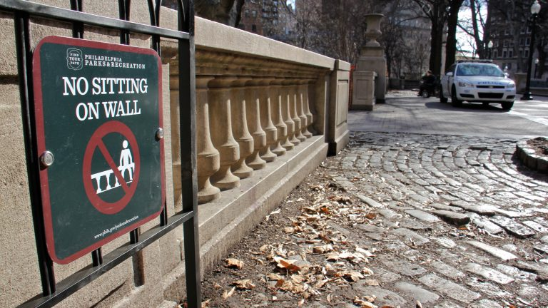 Police are enforcing a wall-sitting ban in Rittenhouse Square. (Emma Lee/WHYY)