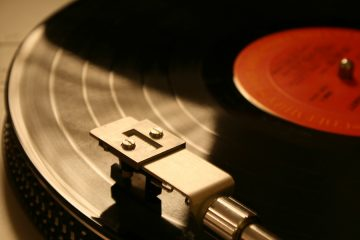 (<a href='https://www.bigstockphoto.com/image-2146292/stock-photo-record-player-red'>M.G.J.</a>/Big Stock Photo)