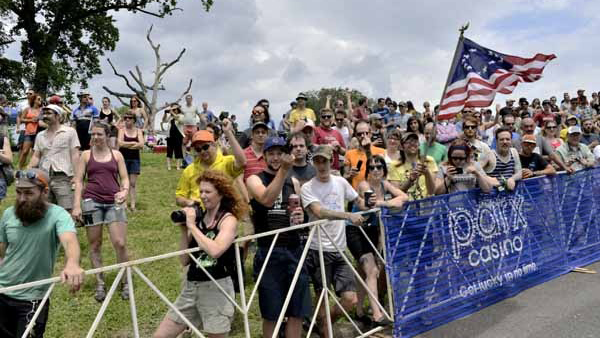 The fans cheer on the men's pro racing teams at Lemon Hill on Sunday. (Bas Slabbers/for NewsWorks)
