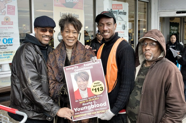 Rosita Youngblood with potential voters. (Bas Slabbers/for NewsWorks)