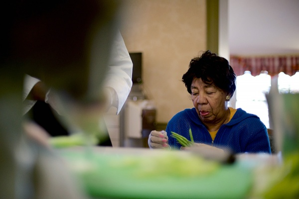<p><p>Resident Angela DeBose cleans the peas. (Bas Slabbers/for NewsWorks)</p></p>