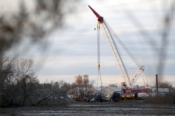 <p>&lt;p&gt;On Tuesday a floating crane began removing the derailed train cars. (Bas Slabbers/for NewsWorks)&lt;/p&gt;</p>