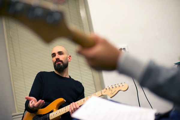 <p>Jeff Chivitte pitches the surf song Pipeline to the group. (Bas Slabbers/for NewsWorks)</p>