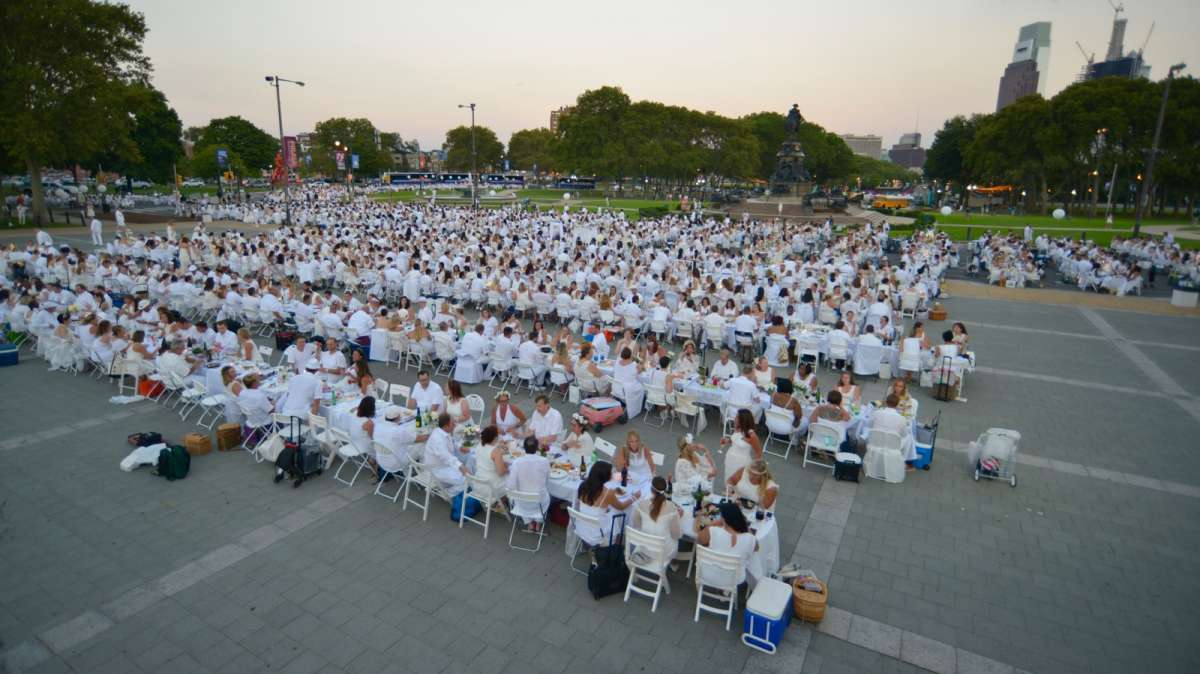Guests gather in front of the Philadelphia Museum of Art for dinner al fresco during the fifth Dîner en Blanc. (Bastiaan Slabbers for NewsWorks)