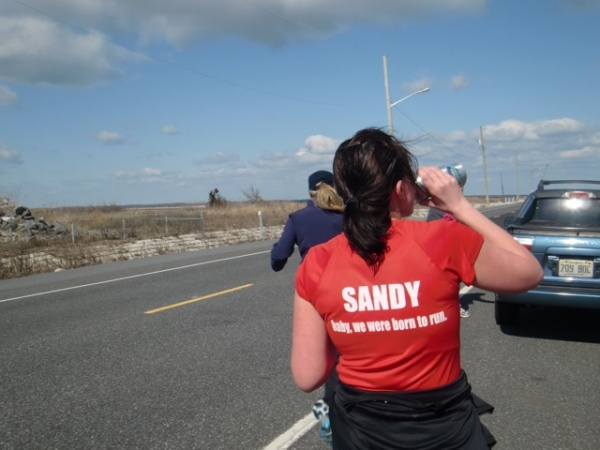Olivia Tattory runs from Avalon into Sea Isle (Jen A. Miller/for NewsWorks)