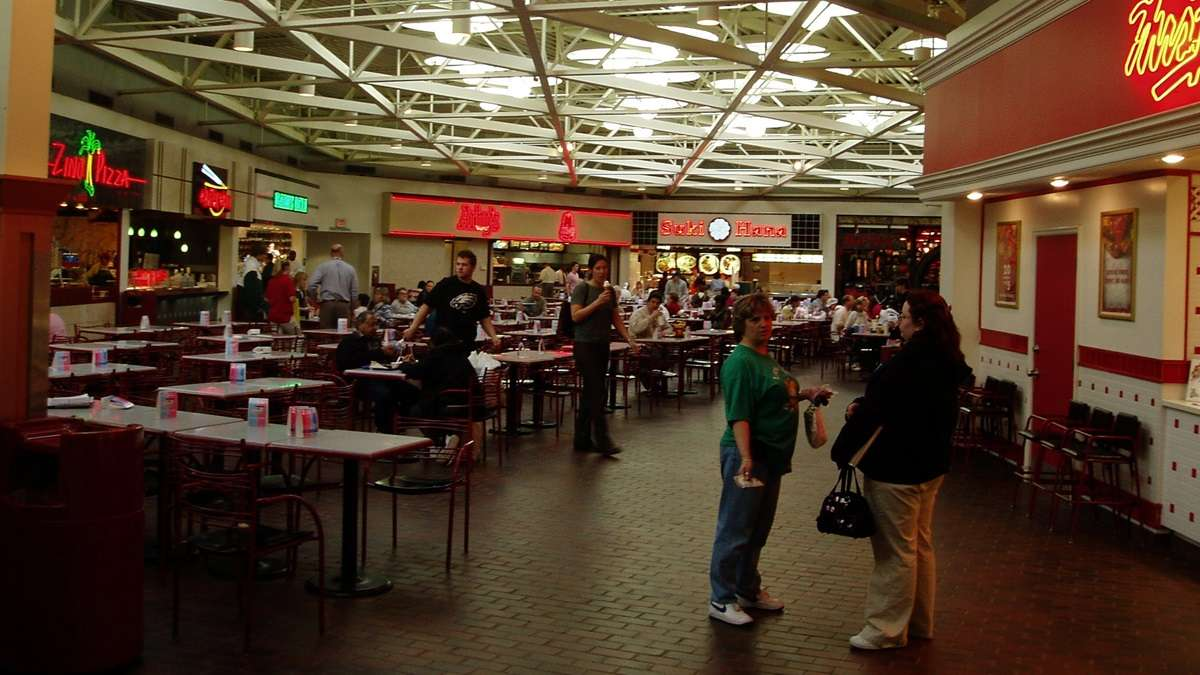 Christiana Mall S Old Food Court Somewhere In The 2000 S It Had A Very 80 S Look And Was Demolished Circa 2008 To Be Replaced With A Modern Food Court 80sdesign