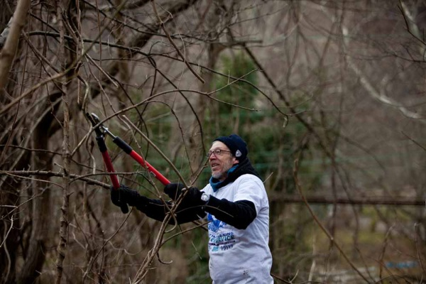 <p>&lt;p&gt;Rich Giordano, who is Vice President of the Upper Roxborough Civic Association, trims back vines along the Schuylkill River Bike Trail. (Brad Larrison/For NewsWorks)&lt;/p&gt;</p>