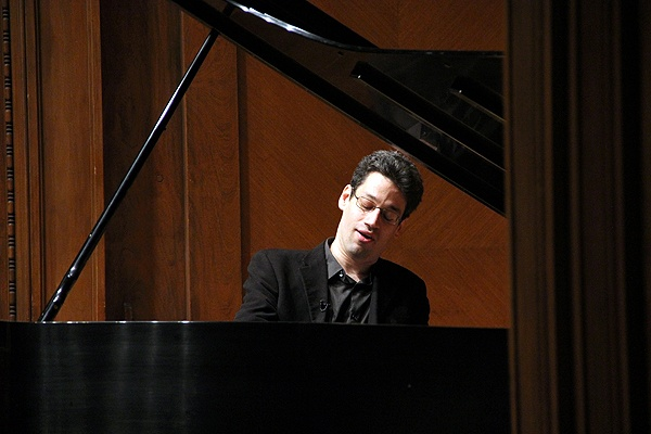 Jonathan Biss plays a Beethoven Sonata during the filming of his online course at the Curtis Institute. (Emma Lee/for NewsWorks)