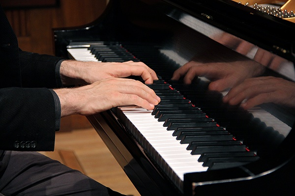The Curtis Institute's online course, Exploring Beethoven's Sonatas includes live music played by instructor Jonathan Biss. (Emma Lee/for NewsWorks)