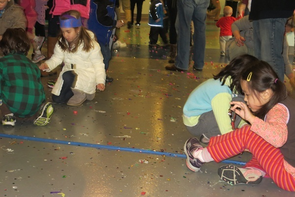 <p><p>Revelers collects confetti from New Year's Eve celebrations at the Delaware Children's Museum (Shirley Min/WHYY)</p></p>