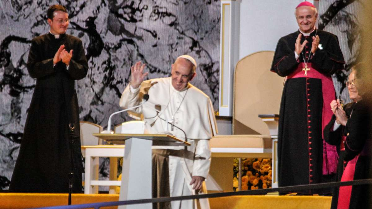Festival of Families: Pope Francis waves goodbye to the crowd of pilgrims at the Festival of Families (Kimberly Paynter/WHYY)