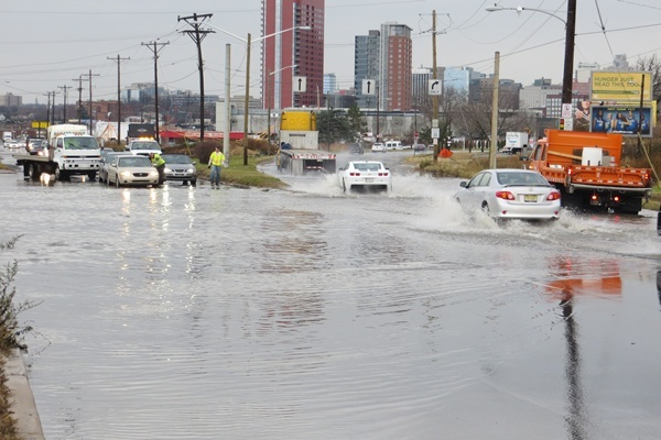 <p><p>Drivers heading into and out of Wilmington on S. Market St. found slow going due to high water. (Mark Eichmann/WHYY)</p></p>