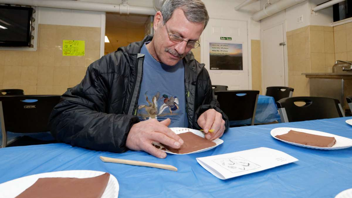 Steve Perkiss of Mount Airy works on a tile. (Bastiaan Slabbers/for NewsWorks)