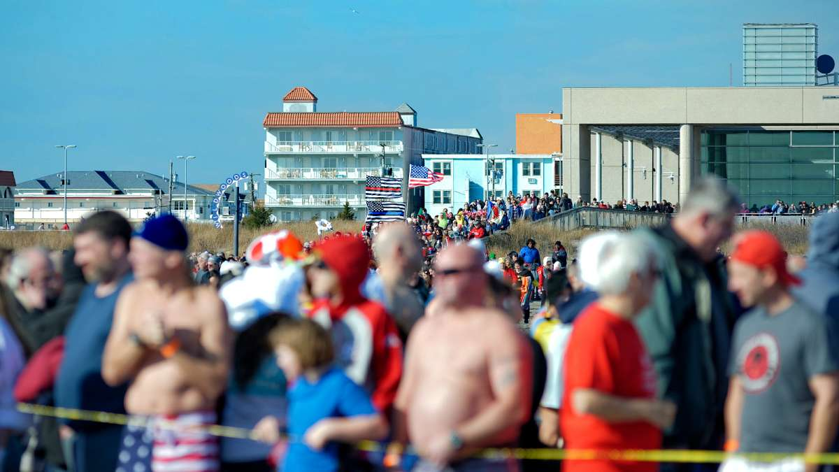 Crowds arriving at the beach for the 2016 Wildwood Polar Bear Plunge. (Bastiaan Slabbers/for NewsWorks)
