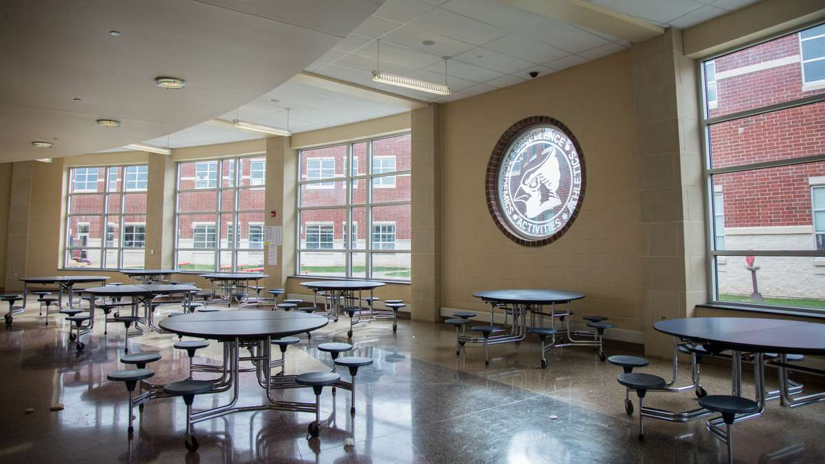 The cafateria at Upper Dublin High School is open and spacious and allows students to eat outside in the enclosed courtyard. (Emily Cohen for NewsWorks)