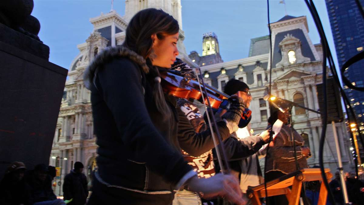 Shandi Beardsley plays Pachebel's Canon in D Minor as volunteers step to the microphone to read off the names of the homeless who died in 2013. (Emma Lee/for NewsWorks)