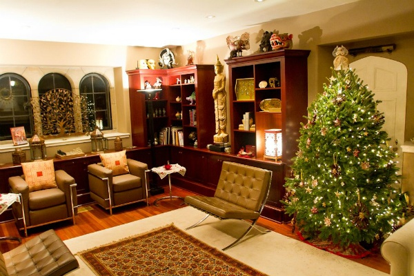 "<p><p><span style=""font-size: 12pt; line-height: 115%; font-family: 'Helvetica','sans-serif';"">One of many decorated rooms in a home that was open to the public for the Chestnut Hill Holiday House Tour. (Brad Larrison/for NewsWorks)</span></p></p>"