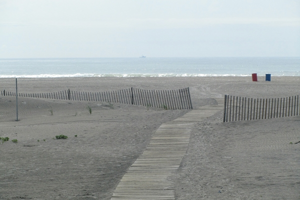 A deserted beach at Wildwood Crest. (Kim Paynter/For NewsWorks)