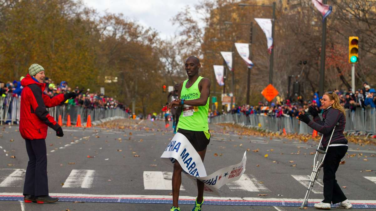 Kimutai Cheruiyot of Kenya wins the men's division and set a course record with a time of 2:15:32.