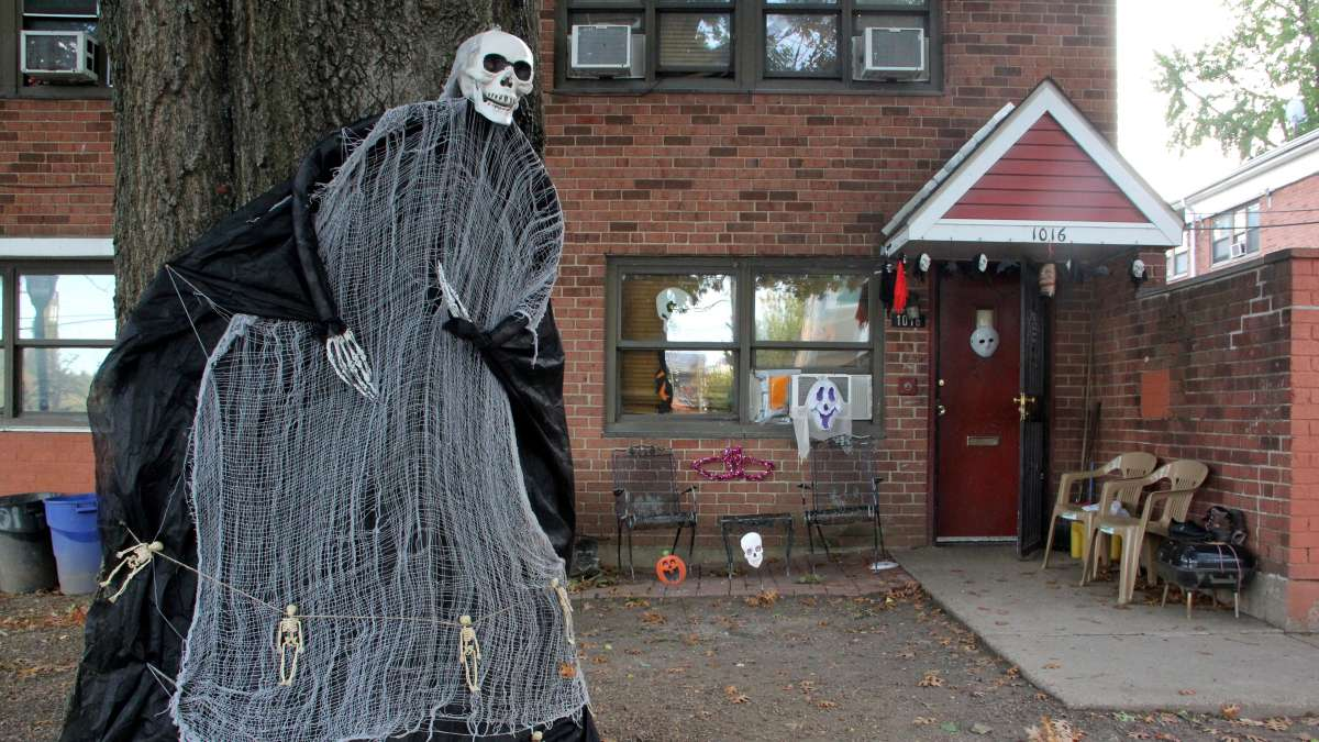 A Norris Homes apartment is decorated for Halloween. The public housing project will soon be demolished and rebuilt. Many of its residents hope to return in 2020. (Emma Lee/WHYY)